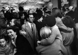 Fotografía © Willy Ronis, Un hombre solitario en Navidad, París, 1954