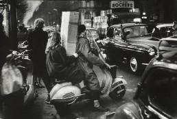 Fotografía © Willy Ronis, Semaine de Noël, boulevard Haussmann, 1954.